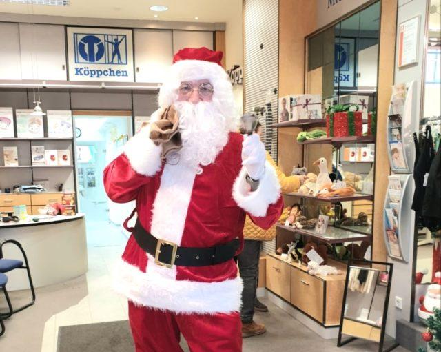 Für strahlende Gesichter bei Kundinnen und Kunden - und natürlich bei den Kindern - sorgte am Freitag der Nikolaus, der das Sanitätshaus Köppchen besuchte. (Foto: © Sanitätshaus Köppchen)