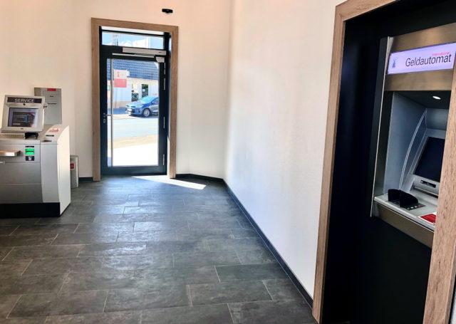 Auch nach dem Verkauf der ehemaligen Geschäftsstelle Weyer der Stadt-Sparkasse Solingen bleibt das Selbstbedienungsangebot im SB-Center dort erhalten. (Foto: © Stadt-Sparkasse Solingen)