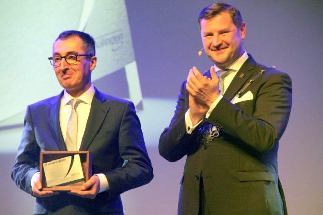 """Cem Özdemir (li.) wurde am Donnerstagabend von Oberbürgermeister Tim Kurzbach Solingens Ehrenpreis """"Die Schäfste Klinge"""" überreicht. (Foto: © Florian Meurer)"""