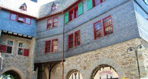 Während Schloss Burg selbst in weiten Teilen frisch saniert daherkommt, sollen jetzt auch Eigentümer von Privathäusern in Burg von einem geförderten Hof- und Fassadenprogramm profitieren können. (Archivfoto: © Bastian Glumm)