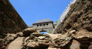 Bei Ausschachtungsarbeiten im Rahmen der Sanierung von Schloss Burg sind alte Mauerreste freigelegt worden. Nach ersten Einschätzungen handelt es sich dabei um mittelalterliche bzw. frühneuzeitliche Befunde. (Foto: © Schloss Burg)