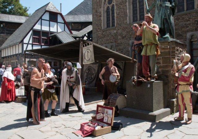 Am kommenden Wochenende findet auf Schloss Burg zum 15. Mal der beliebte Mittelaltermarkt statt. Los geht es am Samstag und am Sonntag jeweils um 10 Uhr. (Foto: © Christian Stebel/Schloss Burg)