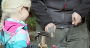 Am kommenden Donnerstag ist Schmied Patrick zu Gast in der Fauna. Dann dürfen die kleinen Besucher des Tierparks wieder den Schmiedehammer schwingen. (Archivfoto: © B. Glumm)