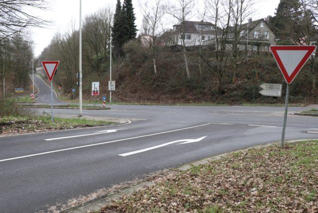 Die Ausfahrt der Viehbachtalsstraße zur Straße