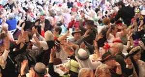 Volles Haus am Samstag in der Ohligser Festhalle: Rund 300 Jecke feierten ausgelassen mit beim Seniorenkarneval der Stadt Solingen. (Foto: © Bastian Glumm)