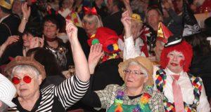 Über 300 Jecke kamen am Samstag zum Seniorenkarneval in die Ohligser Festhalle und sorgten für eine tolle Stimmung. (Foto: © Bastian Glumm)