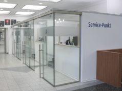 Der neue Service-Punkt im Klinikum Solingen. Aufgrund der Corona-Pandemie wurde und wird das Foyer des Krankenhauses umgestaltet. (Foto: © Bastian Glumm)