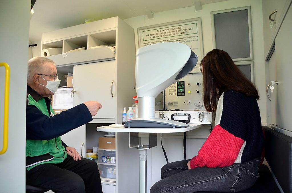 Im mobilen Einsatzfahrzeug der Verkehrswacht konnten Besucher an Seh- und Reaktionstests teilnehmen. (Foto: © Martina Hörle)