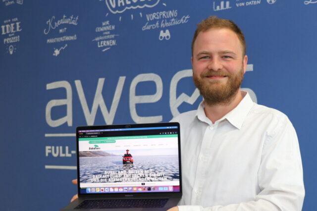 Simon Bluhm von der Solinger Digitalagentur AWEOS zeigt die Möglichkeiten für Unternehmen auf, die die Überbrückungshilfe III Plus bietet. (Foto: © Bastian Glumm)