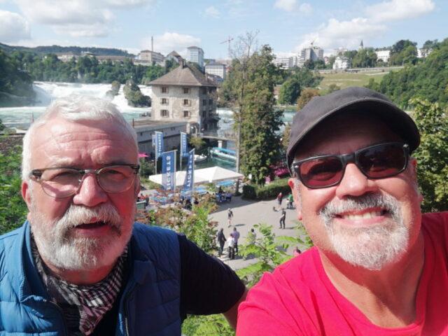 Uli Preuss (li.) und Jürgen Beu am Rheinfall in Schaffhausen in der Schweiz. (Foto: © Team Friedensdorf)