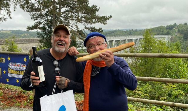 Jürgen Beu (li.) und Uli Preuss vor der Viaduc du Viaur in Frankreich. Heute macht sich die Six Bridges Rally auf den Weg nach Spanien. (Foto: © Team Friedensdorf)