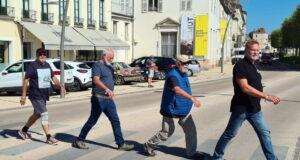 Beide Teams in Solingens Partnerstadt Chalon-sur-Saône. Dort galt es vor dem Fotografiemuseum Niepce ein Bild der Weltgeschichte darzustellen. Die Teams nahmen den Beatles-Klassiker Abbey Road. (Foto: © Team Friedensdorf)