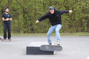"""Die Erweiterung des Skateparks kam bei den Jugendlichen sehr gut an, am Samstag wurden die neuen """"Obstacles"""" bereits intensiv ausprobiert. (Foto: © Bastian Glumm)"""