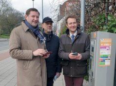 Stellten jetzt die neue Möglichkeit vor, Parkgebühren auch per Smartphone zu bezahlen: v.li. Oberbürgermeister Tim Kurzbach, Stadtdirektor Hartmut Hoferichter und Philipp Zimmermann, stellvertretender Geschäftsführer von smartparking. (Foto: © Stadt Solingen)