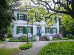 """Eine frühklassizistische Villa, die zwischen 1782 und 1785 erbaut wurde, ist heute der Sitz des Standesamtes """"Haus Kirschheide"""" an der Neuenhofer Straße und unterliegt dem Denkmalschutz. (Foto: © Martina Hörle)"""