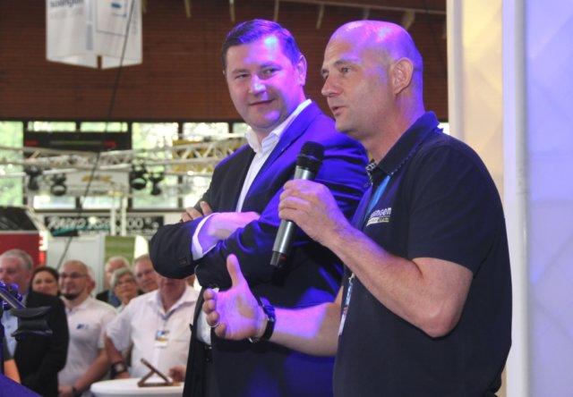 Oberbürgermeister Tim Kurzbach (li.) und Frank Balkenhol von der Solinger Wirtschaftsförderung eröffneten am Freitagmorgen die 10. Solingen-Messe. (Foto: © Bastian Glumm)