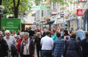 Jedes Jahr im Mai findet auf der Düsseldorfer Straße in Solingen-Ohligs das größte Volksfest in Solingen statt. Das Dürpelfest zieht jedes Jahr über 100.000 Besucher an. (Archivfoto: © Bastian Glumm)