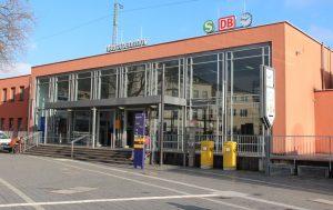 Der Solinger Hauptbahnhof in Ohligs ist Dreh- und Angelpunkt für Tausende Reisende. Und natürlich ist er auch Anlaufpunkt für sozial entwurzelte Menschen. Hier bietet die Bahnhofsmission ihre Hilfe an. (Foto: B. Glumm)