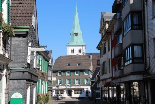 """Der """"Schlauch"""", die kleine Fußgängerzone in Solingen-Wald, mit Blick auf die Walder Kirche. (Foto: © Bastian Glumm)"""