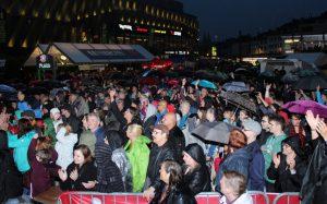 Trotz Dauerregen kamen am Freitagabend doch noch viele Fans auf den Neumarkt. Zu Veranstaltungsbeginn war der Zuschauerandrang am Nachmittag eher überschaubar. (Foto: © Tim Oelbermann)