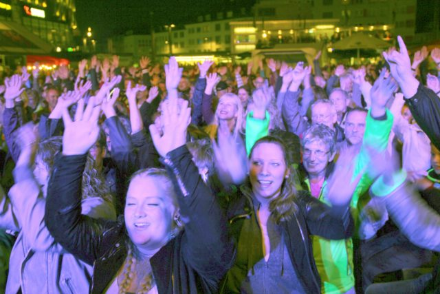 Am Samstagabend platzte der Neumarkt aus allen Nähten. Tausende Musikfans kamen zur 11. Sommerparty Echt.Scharf.Solingen. (Foto: © B. Glumm)