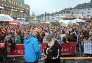 """Jan Höttges (li.) und Philipp Müller auf """"ihrer"""" 11. Sommerparty. Dahinter 8.500 Fans, die am Samstag """"Floyd Division"""" zujubelten. (Foto: © B. Glumm)"""