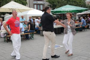 Eine flotte Sohle kann man auch in diesem Jahr wieder auf dem Winzerfest hinlegen, das parallel zur Sommerparty von Freitag bis Sonntag auf dem Fronhof stattfindet. (Archivfoto: © Bastian Glumm)