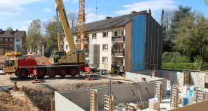 """Die Großbaustelle an der Schlagbaumer Straße ist unübersehbar: Dort will der Spar- und Bauverein """"SeniorenWohnen"""" am Wasserturm möglich machen. (Foto: © B. Glumm)"""