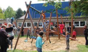 Auch die bestehenden Spielgeräte wurden in den Um- und Neubau integriert. Kinder, Eltern und Lehrer waren hocherfreut. (Foto: © B. Glumm)