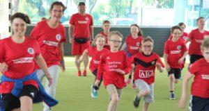 Die Kids des Sportring Höhscheid nahmen am Dienstagabend ihre neue Freilufthalle im Sturm. Rund 80 Mädchen und Jungs spielen in vier Inklusionsmannschaften. (Foto: © B. Glumm)