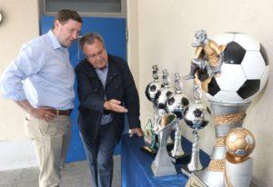 Kommunalpolitik und Sport sind die großen Steckenpferde von Ernst Lauterjung. Hier begutachtet er gemeinsam mit Oberbürgermeister Tim Kurzbach die Pokale des Pfingsturnieres in Höhscheid. (Archivfoto: © Bastian Glumm)