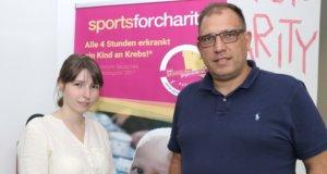 """Roland Voß und seine Tochter Laura führen im Solinger Coworking Space ihr Unternehmen """"Sports for Charity"""". Nicht mit auf dem Foto: Alena Voß. (Foto: © Bastian Glumm)"""