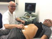 Dr. Markus Meibert, Chefarzt der Chirurgie an der St. Lukas Klinik, bei der Abschlussuntersuchung von Müslüm Acikgöz, der 12.000 Patient, der im Jahr 2018 in der St. Lukas Klinik stationär behandelt wurde. (Foto: © Kplus Gruppe)