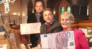 Kommen dem avisierten Ziel der Orgelsanierung immer näher: v.li. Pfarrer Michael Mohr, Kirchenmusiker Jochen Stein und Stephanie Maus von der Stadt-Sparkasse Solingen. (Foto: © B. Glumm)