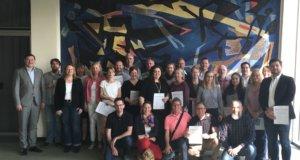 Mehr als anderthalb Jahre lang haben sich 24 Mitarbeiterinnen und Mitarbeiter der Stadt Solingen mit den Aspekten von Führung auseinandergesetzt. Oberbürgermeister Tim Kurzbach (li.) überreichte jetzt die Zertifikate. (Foto: © Stadt Solingen)