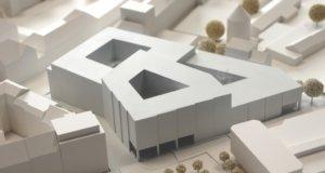 Die Stadt-Sparkasse zeigt den geplanten Neubau am Neumarkt anhand eines Modells. (Foto: © Stadt-Sparkasse)