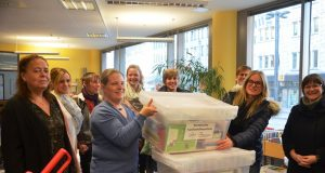 Mit strahlenden Gesichtern nehmen die Mitarbeiterinnen und Mitarbeiter der Einrichtungen ihre gut gefüllten Medienkisten entgegen. Die Boxen sollen Flüchtlingskindern den Zugang zur deutschen Sprache erleichtern. (Foto: © M. Hörle)