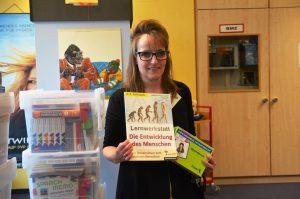 """Charlotte Struckmeier, Bibliothekarin in der Kinderbibliothek ist begeistert von dem tollen Projekt """"Macht!Sprache"""". Vor allem lobt sie die wunderbare Zusammenarbeit zwischen allen Beteiligten. (Foto: © M. Hörle)"""