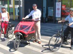 """Heidi Baltes (li.) vom städtischen Fuhrparkmanagement , Oberbürgermeister Tim Kurzbach und Nachhaltigkeitsbeauftragte Ariane Bischoff freuen sich über die """"umweltfreundlichen und gesundheitsfördernden"""" Angebote per E-Bike. (Foto: © Stadt Solingen)"""