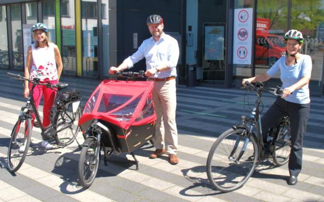 Heidi Baltes (li.) vom städtischen Fuhrparkmanagement , Oberbürgermeister Tim Kurzbach und Nachhaltigkeitsbeauftragte Ariane Bischoff freuen sich über die