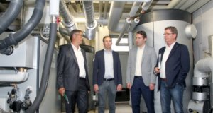 Sind vom innovativen Energieerzeugungskonzept überzeugt: v.li. Stefan Ziebs (Stadtwerke Solingen), Alexander Hensiek (Solingen Wald GbR), Frederik Schacht und Ulrich Pagenstert (beide Stadtwerke Solingen). (Foto: © Bastian Glumm)