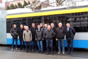 """Die diesjährige Frühjahrssitzung des Arbeitsgemeinschaft Oberleitungsbus (AG Trolleybus) tagt derzeit in Solingen. Die 15 Teilnehmer, unter anderem aus Schweden, Österreich und den Niederlanden angereist, nutzten die Gelegenheit und schauten sich den """"BOB"""" ganz genau an. (Foto: © Bastian Glumm)"""