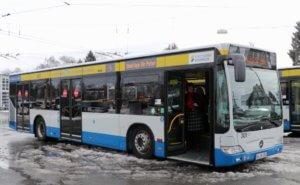 """Zum Abschluss wurde nochmal mit einem SWS-Bus eine Runde durch Solingen gedreht. Mit dabei waren Freunde und Weggefährten, die sich von """"Sir Peter"""" verabschiedeten. (Foto: © Bastian Glumm)"""