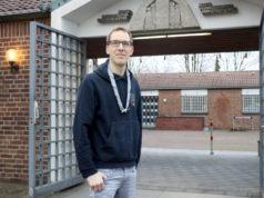 """Tobias Leuther ist Jugendleiter beim """"Stamm Tenkterer"""" in Löhdorf. Der 31-Jährige ist stolz auf die kreative Leistung der jungen Pfadfinderinnen und Pfadfinder, die die Liebfrauenkirche in Minecraft nachgebaut haben. (Foto: © Bastian Glumm)"""
