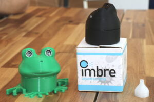 Die Desinfektionsspender kommen aus dem 3D-Drucker und sind mit Sensoren ausgestattet. Besonderheit: Der Sprühstoß mit Desinfektionsmittel wird nach oben abgegeben. (Foto: © Bastian Glumm)