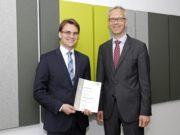 Prof. Dr. Stefan Vordenbäumen (li.) mit Prof. Dr. Nikolaj Klöcker, Dekan der Medizinischen Fakultät der Heinrich-Heine- Universität Düsseldorf nach der Urkundenverleihung. (Foto: © UKD)