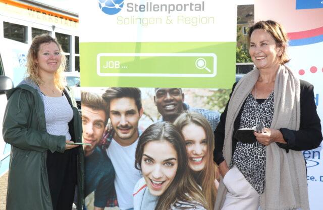 Leonie Schubert (li.) und Lea Pistorius von der Solinger Wirtschaftsförderung kümmern sich um das Stellenportal. (Foto: © Bastian Glumm)