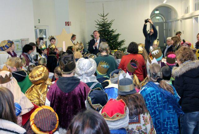 100 kleine Sternsinger aus ganz Solingen statteten am Freitag dem Rathaus einen Besuch ab. (Foto: © Bastian Glumm)