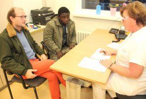 Aufnahmegespräch im Klinikum: Gruppenschwester Michaela Krause nimmt Steven in Empfang. Dieter Rapp übersetzt. (Foto: © Bastian Glumm)