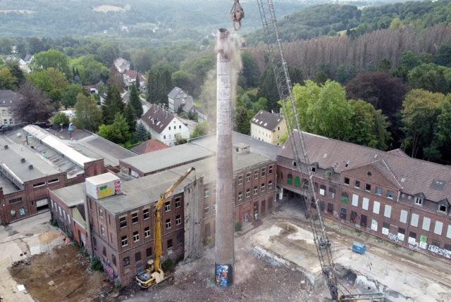 Auf dem ehemaligen Rasspe-Gelände in Stöcken wurde jetzt der rund 50 Meter hohe Kamin mit seiner Schlotöffnung von rund zwei Metern Durchmesser rückgebaut. (Foto: © Wirtschaftsförderung Solingen)